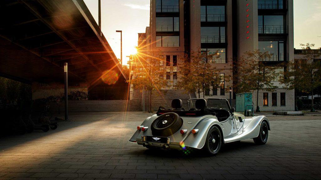 Silbernes Auto von Morgan Flaving mit Sonnenuntergang im Hintergrund