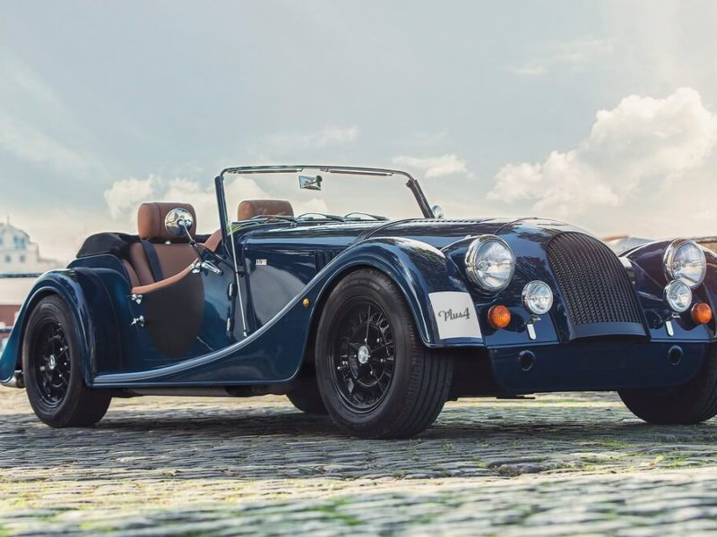 Morgan Plus 4 110 Works Edition - Dunkelblaues Auto mit Frontansicht