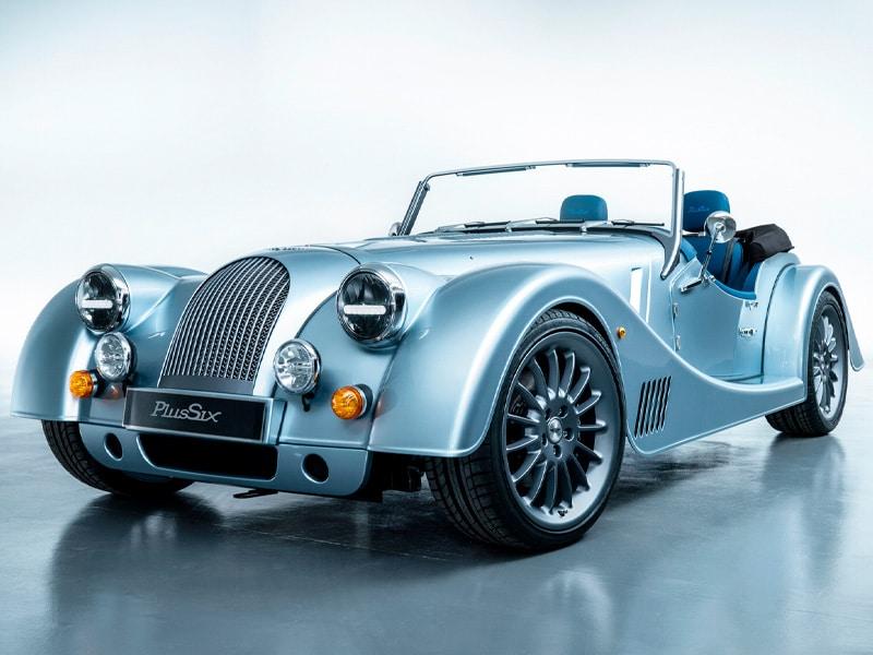 Morgan Plus 6 in Hellblau - Frontansicht im Showroom