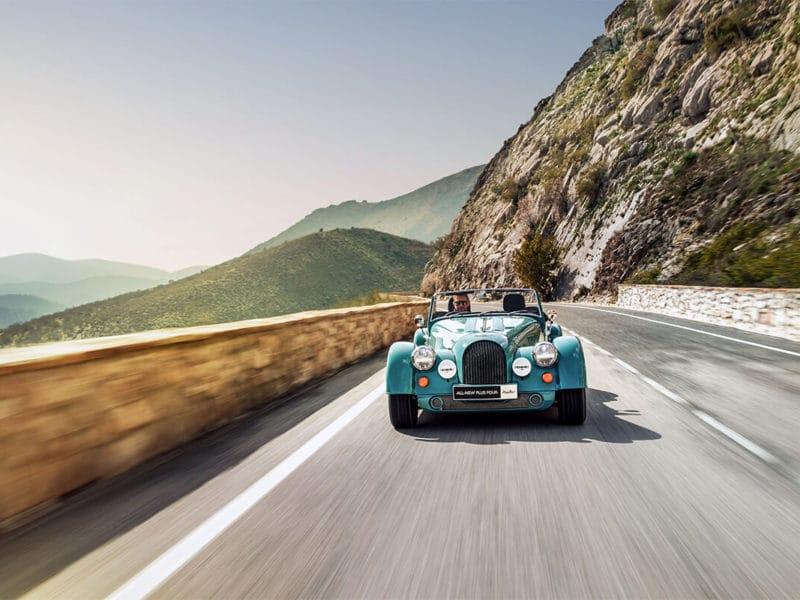 Der neue Morgan Plus Four - Außenansicht während der Fahrt