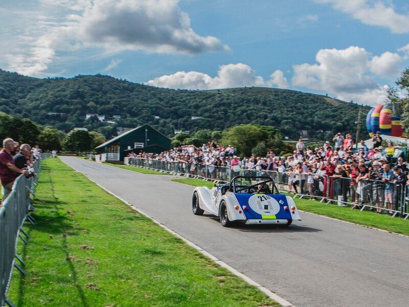 Thrill on the Hill August 2018 - Morgan Auto auf der Rennbahn